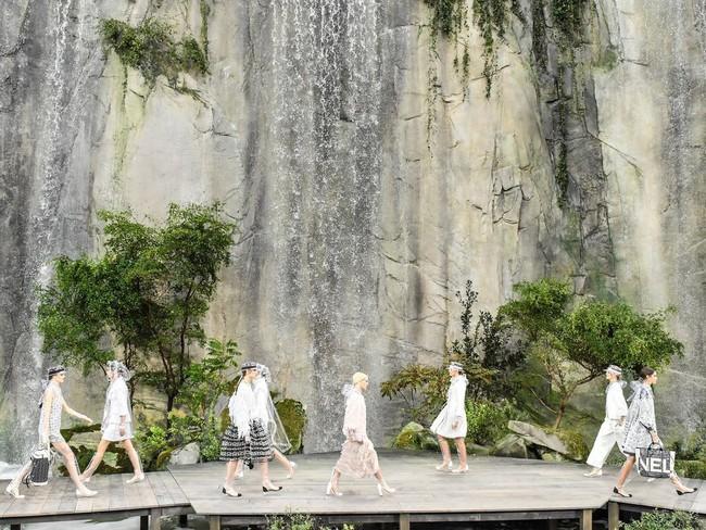 15 show diễn huyền thoại của Chanel dưới thời Karl Lagerfeld khiến giới mộ điệu thổn thức - Ảnh 8.