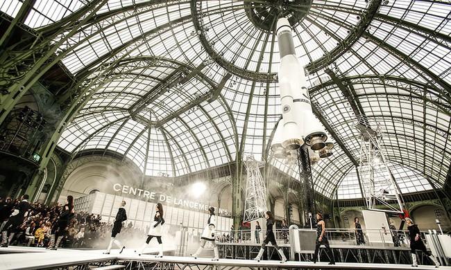 15 show diễn huyền thoại của Chanel dưới thời Karl Lagerfeld khiến giới mộ điệu thổn thức - Ảnh 13.