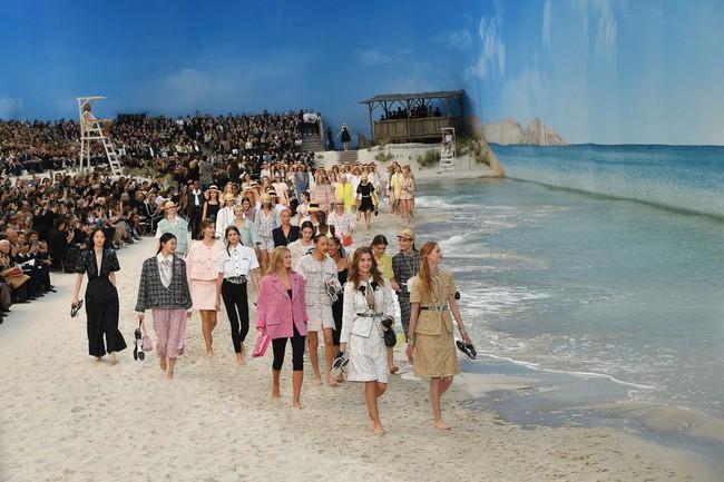 15 show diễn huyền thoại của Chanel dưới thời Karl Lagerfeld khiến giới mộ điệu thổn thức - Ảnh 3.