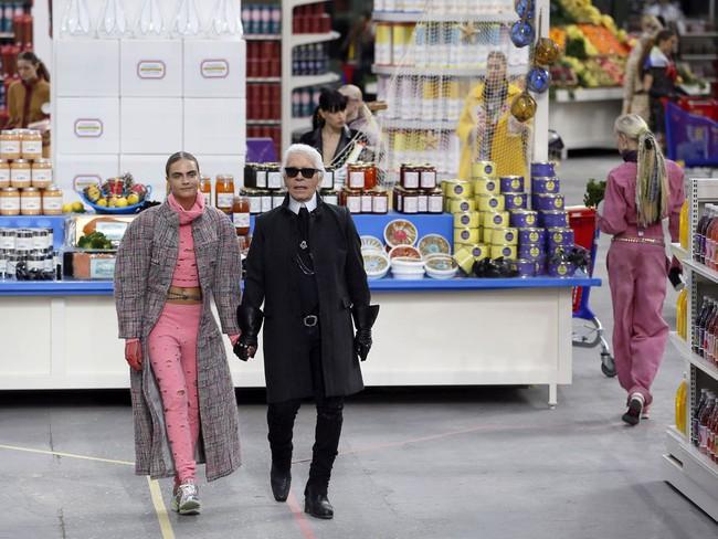 15 show diễn huyền thoại của Chanel dưới thời Karl Lagerfeld khiến giới mộ điệu thổn thức - Ảnh 25.