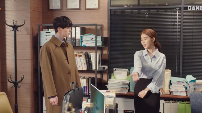 Trở thành thư ký của Lee Dong Wook, Yoo In Na mặc đẹp và sang chảnh tới mức biến công sở thành sàn diễn trong Chạm vào tim em - Ảnh 9.