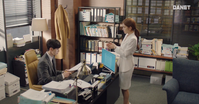 Trở thành thư ký của Lee Dong Wook, Yoo In Na mặc đẹp và sang chảnh tới mức biến công sở thành sàn diễn trong Chạm vào tim em - Ảnh 8.