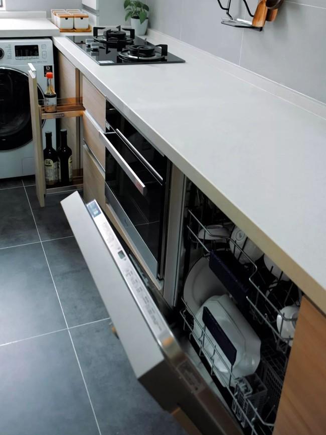 Căn hộ 48m² hẹp và dài gây ấn tượng với thiết kế mở có thể ở đến 6 người  - Ảnh 11.