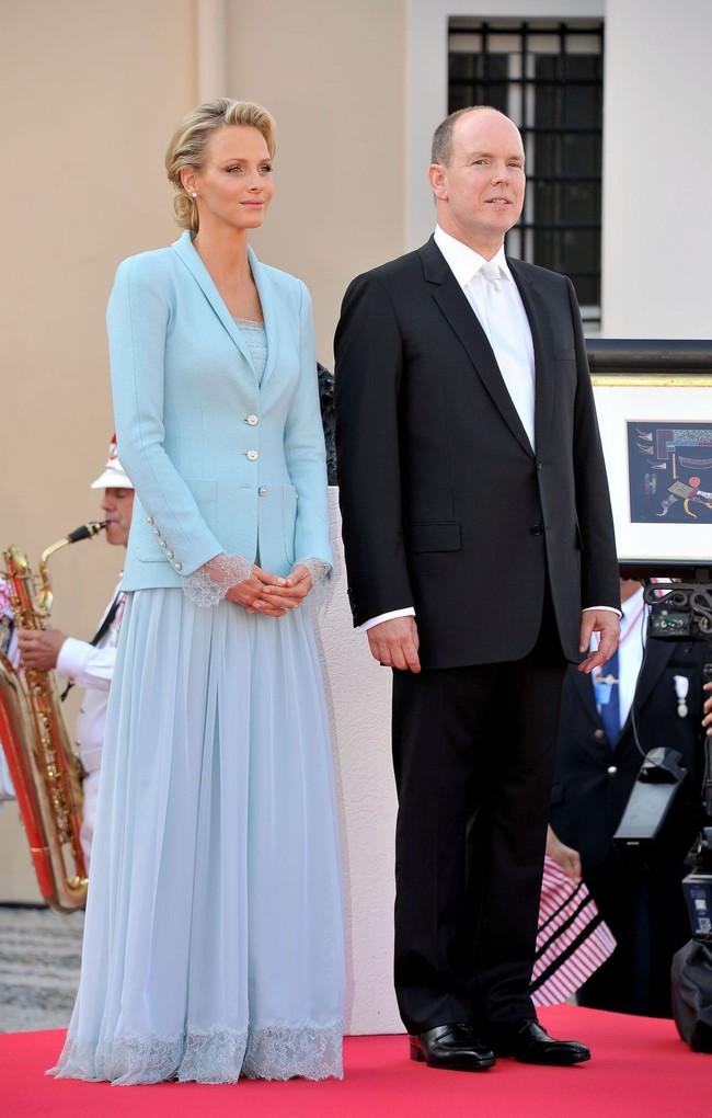Ít ai biết Karl Lagerfeld đã làm trang phục cưới cho nàng dâu Hoàng gia, và đây chính là bộ đồ cưới đặc biệt nhất lịch sử xứ Monaco - Ảnh 1.
