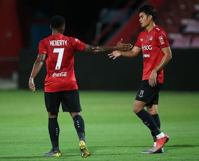 Yến Xuân thu hút trên khán đài, theo dõi bạn trai Văn Lâm bắt trận ra mắt Muangthong United - Ảnh 8.