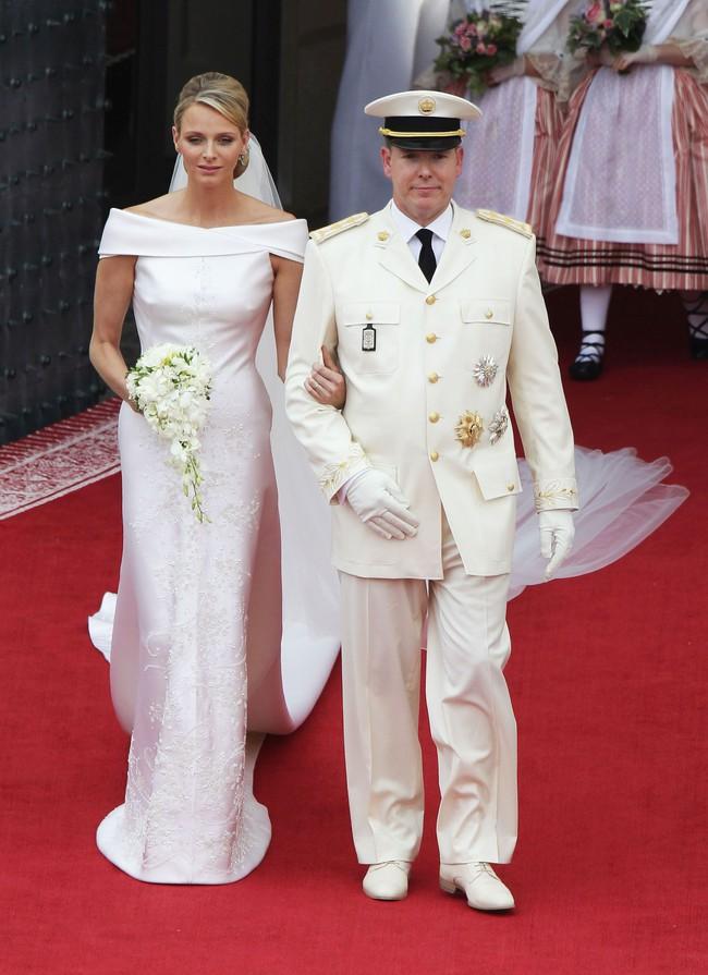 Ít ai biết Karl Lagerfeld đã làm trang phục cưới cho nàng dâu Hoàng gia, và đây chính là bộ đồ cưới đặc biệt nhất lịch sử xứ Monaco - Ảnh 6.