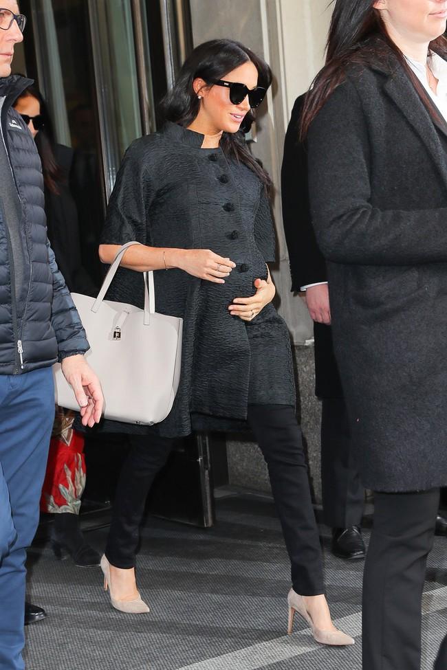 Hết khoe chân nột nà với váy, Meghan Makle lại mặc quần jeans thon gọn dù bụng bầu to vượt mặt - Ảnh 3.