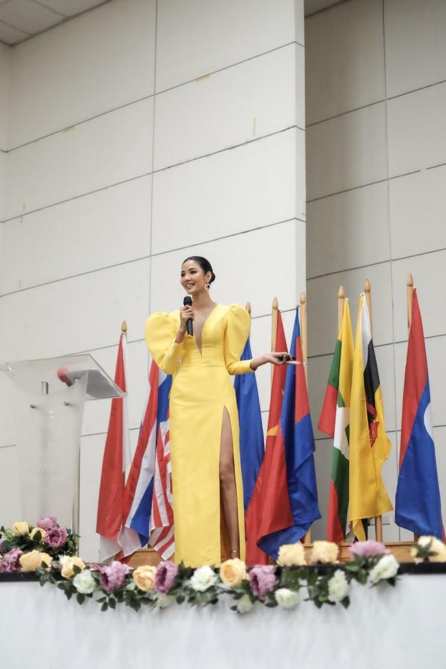 Á hậu Hoàng Thùy gây ấn tượng mạnh khi làm diễn giả ở Philippines - Ảnh 8.