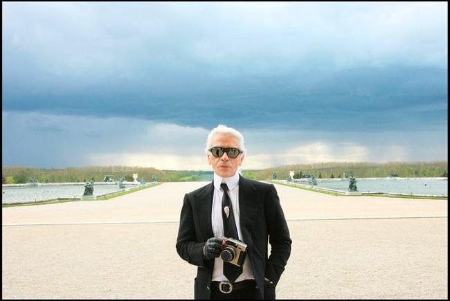 Phong cách của NTK Karl Lagerfeld qua năm tháng: ngoài màu đen còn rất nhiều điều thú vị, riêng cặp kính râm là gần như bất biến - Ảnh 10.
