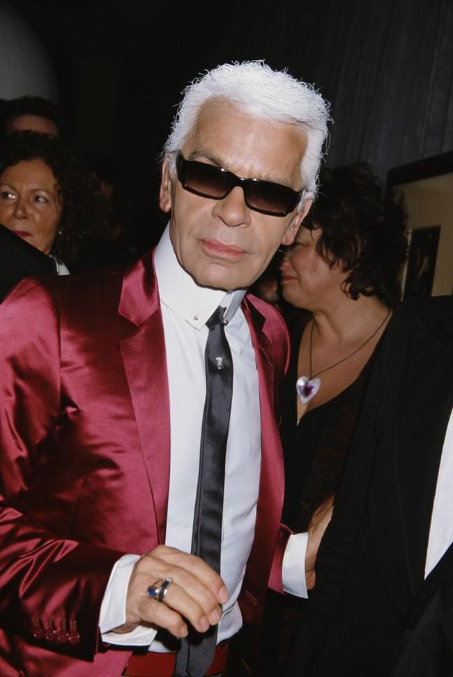 Phong cách của NTK Karl Lagerfeld qua năm tháng: ngoài màu đen còn rất nhiều điều thú vị, riêng cặp kính râm là gần như bất biến - Ảnh 11.