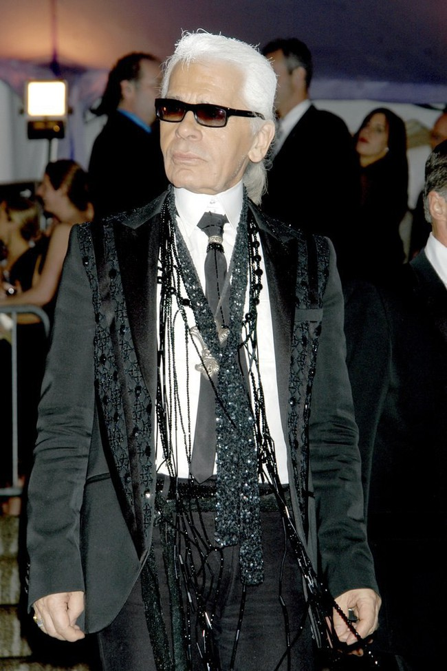 Phong cách của NTK Karl Lagerfeld qua năm tháng: ngoài màu đen còn rất nhiều điều thú vị, riêng cặp kính râm là gần như bất biến - Ảnh 13.