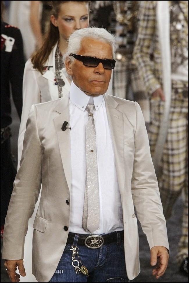 Phong cách của NTK Karl Lagerfeld qua năm tháng: ngoài màu đen còn rất nhiều điều thú vị, riêng cặp kính râm là gần như bất biến - Ảnh 14.