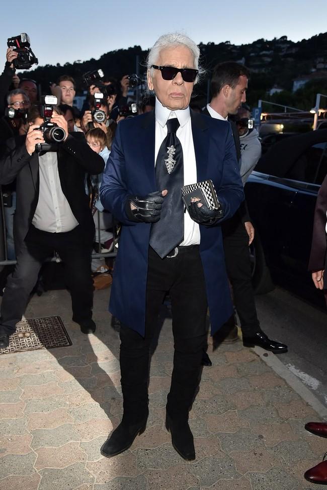 Phong cách của NTK Karl Lagerfeld qua năm tháng: ngoài màu đen còn rất nhiều điều thú vị, riêng cặp kính râm là gần như bất biến - Ảnh 16.