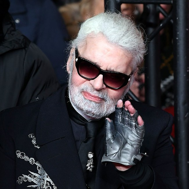 Phong cách của NTK Karl Lagerfeld qua năm tháng: ngoài màu đen còn rất nhiều điều thú vị, riêng cặp kính râm là gần như bất biến - Ảnh 18.