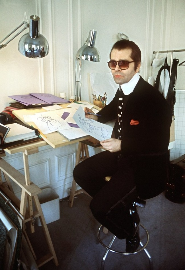 Phong cách của NTK Karl Lagerfeld qua năm tháng: ngoài màu đen còn rất nhiều điều thú vị, riêng cặp kính râm là gần như bất biến - Ảnh 3.