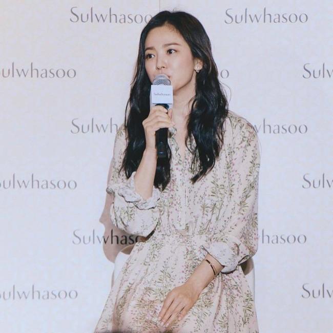 Kín đáo mà vẫn đẳng cấp đúng chuẩn minh tinh, bảo sao Song Hye Kyo cứ dự sự kiện là dân tình lại phải trầm trồ - Ảnh 2.