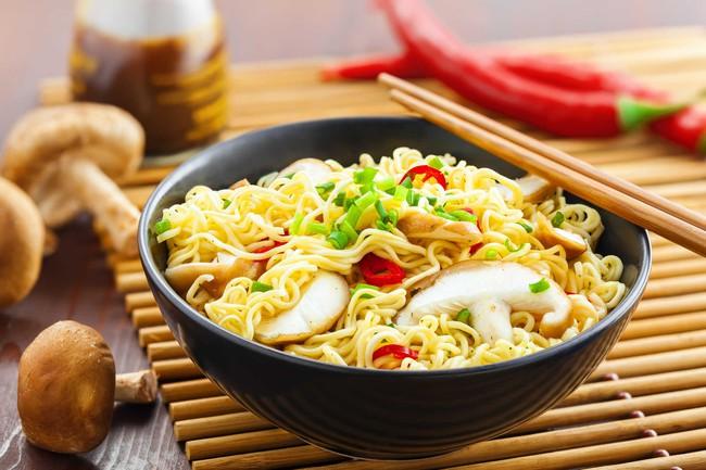 Theo chuyên gia dinh dưỡng Vương Húc Phong cho biết, trong mì ăn liền có chứa rất nhiều chất phụ gia, thậm chí có trên 25 chất phụ gia được thêm vào mì.