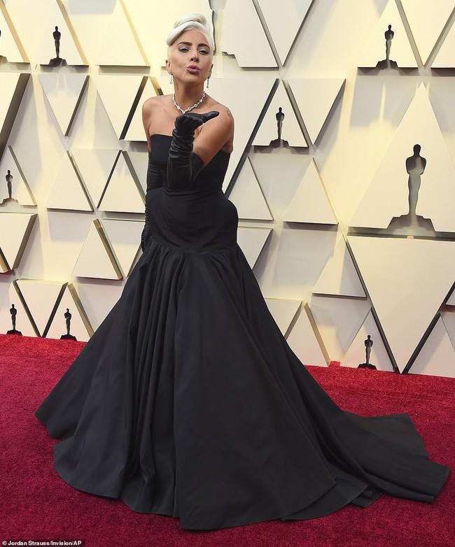Không chặt chém hay quái dị như mọi lần, Lady Gaga gây sốt với dây chuyền kim cương nghìn tỷ mà huyền thoại Audrey Hepburn từng đeo - Ảnh 1.