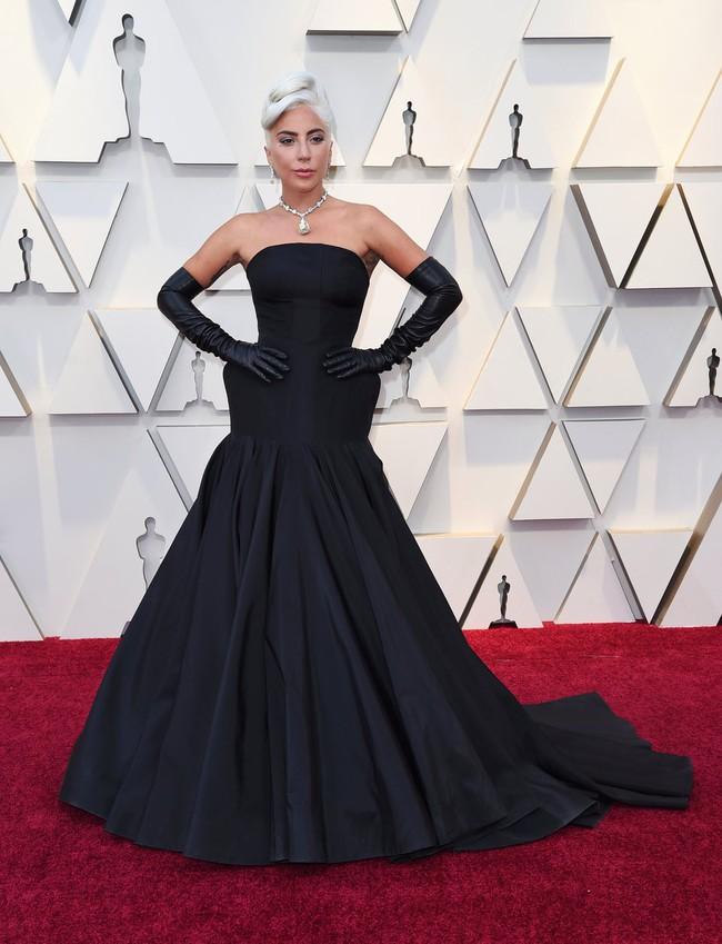 Không chặt chém hay quái dị như mọi lần, Lady Gaga gây sốt với dây chuyền kim cương nghìn tỷ mà huyền thoại Audrey Hepburn từng đeo - Ảnh 2.