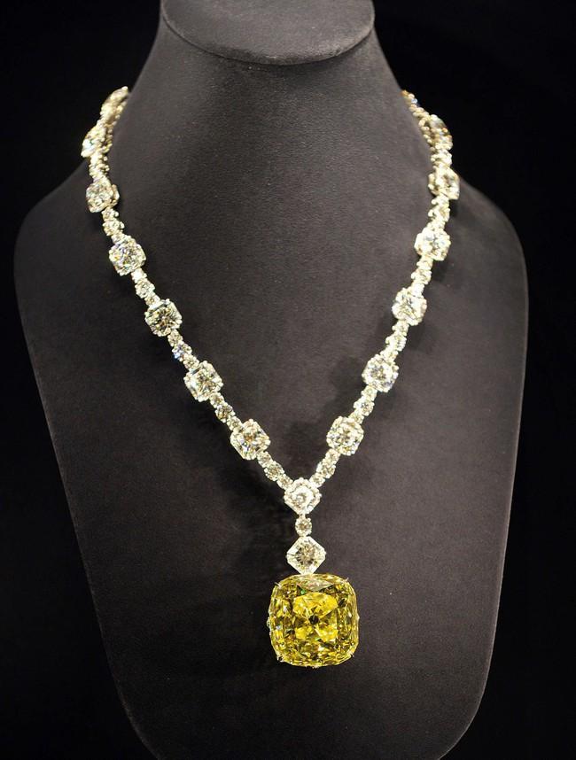 Không chặt chém hay quái dị như mọi lần, Lady Gaga gây sốt với dây chuyền kim cương nghìn tỷ mà huyền thoại Audrey Hepburn từng đeo - Ảnh 6.