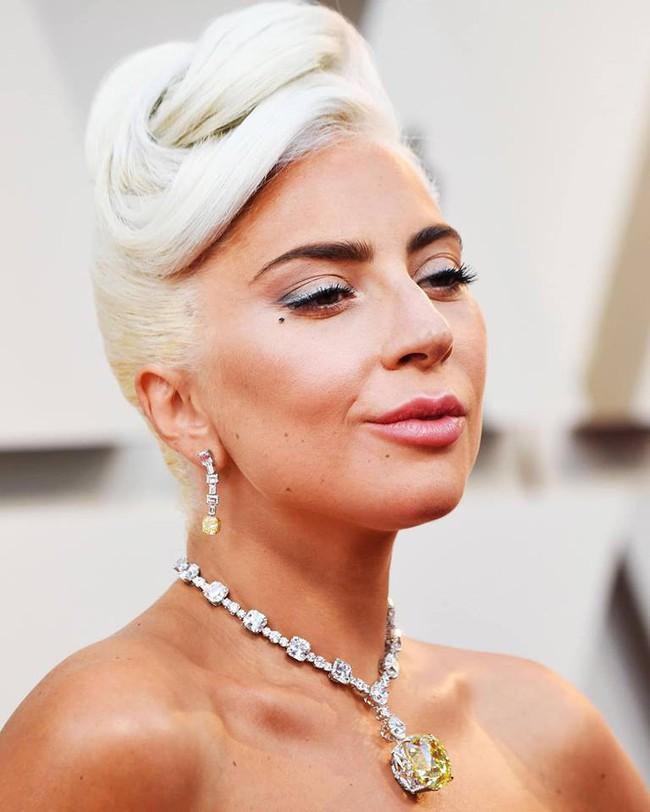 Không chặt chém hay quái dị như mọi lần, Lady Gaga gây sốt với dây chuyền kim cương nghìn tỷ mà huyền thoại Audrey Hepburn từng đeo - Ảnh 5.