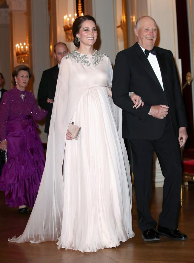 Meghan Markle bị tố bắt chước Kate Middleton nhưng lại nhận cái kết đắng với hình ảnh kém duyên - Ảnh 3.