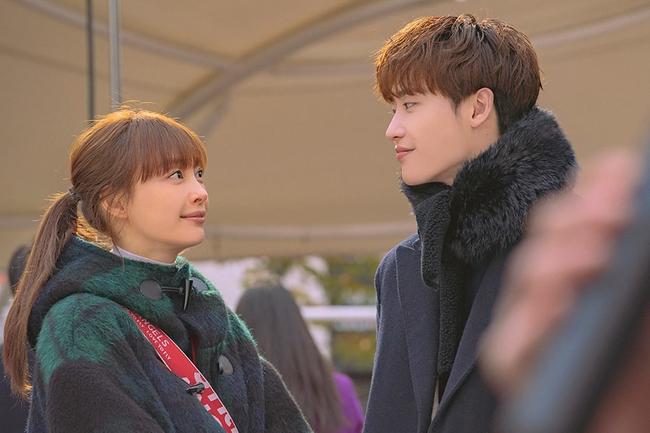 Nụ hôn cách biệt tuổi tác giữa Lee Jong Suk và Lee Na Young trong Phụ lục tình yêu bất ngờ gây tranh cãi - Ảnh 8.