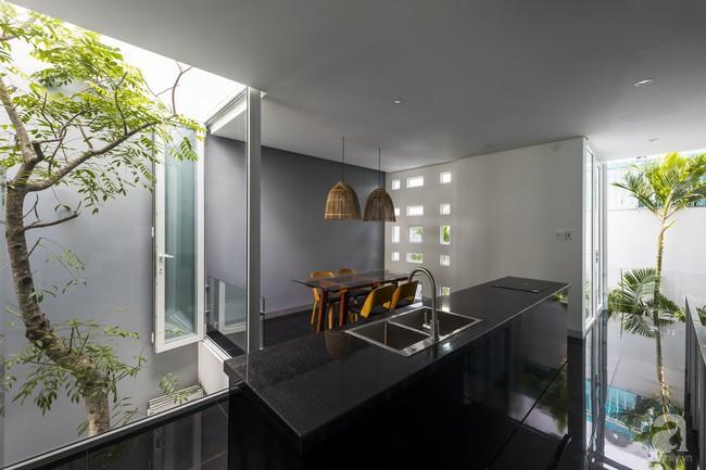 Nhờ thiết kế 300 ô cửa sổ, ngôi nhà hướng Tây ở Nha Trang luôn ngập tràn ánh sáng và gió mát - Ảnh 7.
