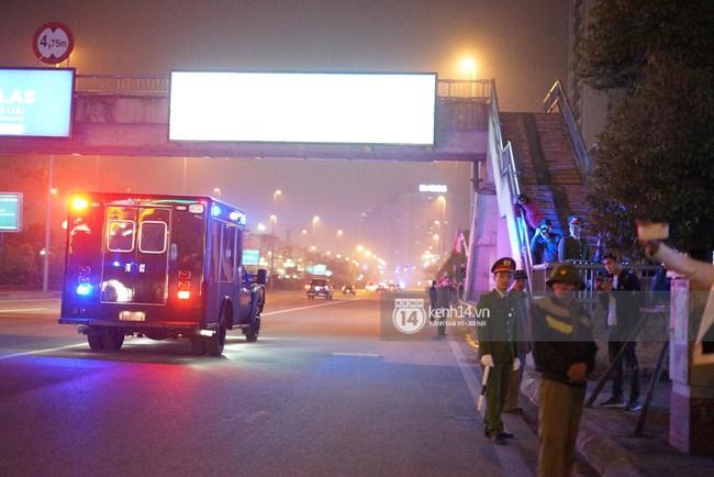 Tổng thống Mỹ Donald Trump xuống chuyên cơ, đang trên siêu xe quái thú vào trung tâm Hà Nội  - Ảnh 5.