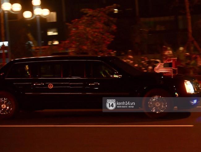 Tổng thống Mỹ Donald Trump xuống chuyên cơ, đang trên siêu xe quái thú vào trung tâm Hà Nội  - Ảnh 3.