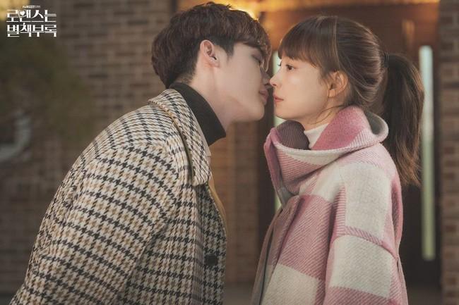 Nụ hôn cách biệt tuổi tác giữa Lee Jong Suk và Lee Na Young trong Phụ lục tình yêu bất ngờ gây tranh cãi - Ảnh 3.