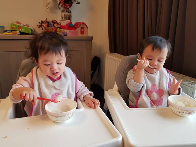 Mẹ Việt tại Bỉ chia sẻ trọn bộ bí kíp mẹ nào cũng muốn biết về hành trình cho hai bé sinh đôi ăn dặm, 15 tháng đã tự xúc thìa ăn ngon lành - Ảnh 8.