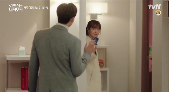 Mặc khán giả chê già, vợ Won Bin vẫn tiếp tục hôn trai trẻ Lee Jong Suk cực ngọt trong Phụ lục tình yêu - Ảnh 3.