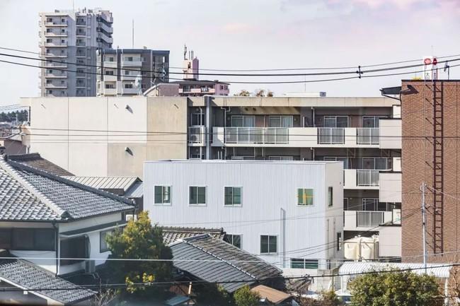 Ngôi nhà ngoại ô vô cùng đặc biệt vì không có cửa và phòng riêng ở Nhật Bản - Ảnh 1.
