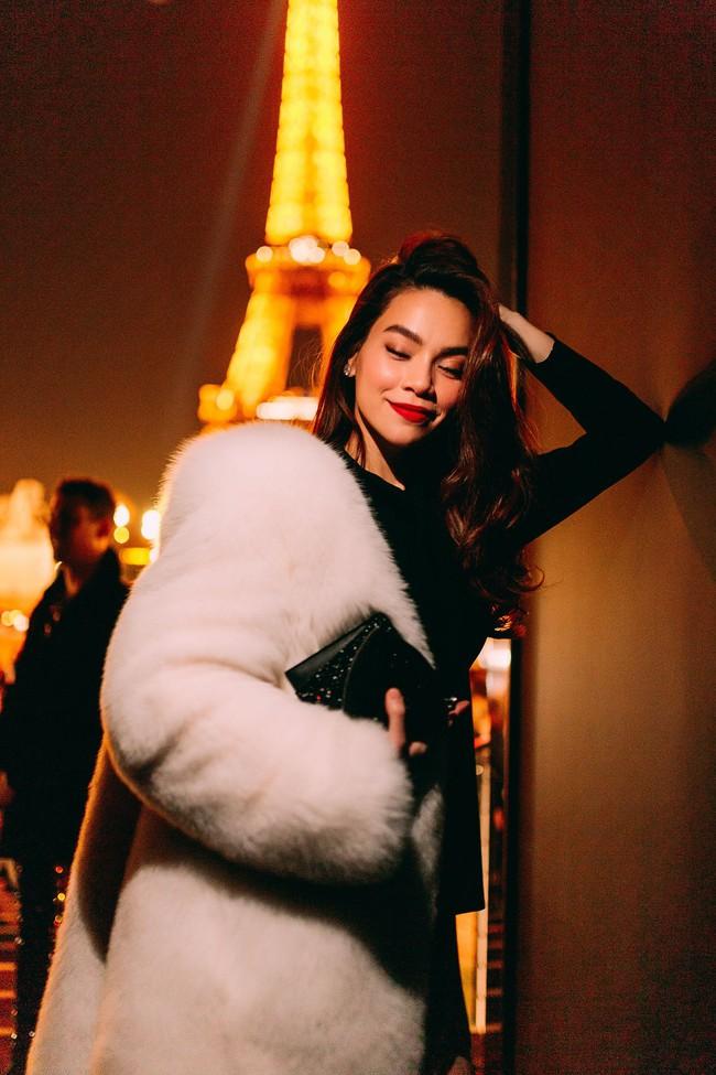 Hà Hồ diện áo lông sang chảnh, sánh đôi cùng Lý Quí Khánh trong show Saint Laurent tại Tuần lễ thời trang Paris - Ảnh 2.
