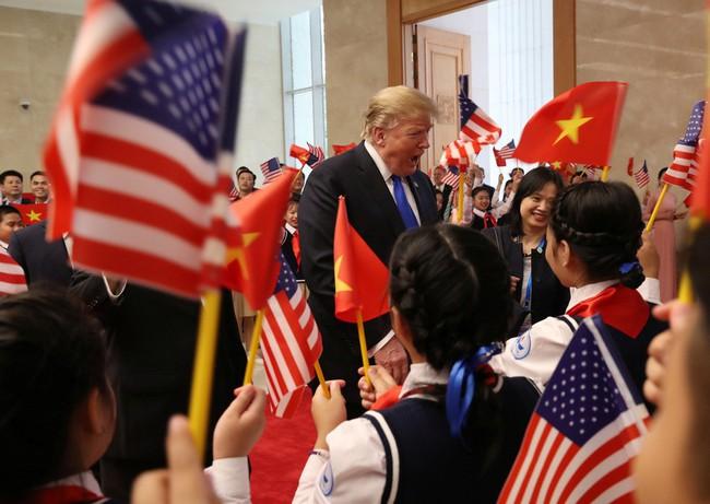 Khoảnh khắc bất ngờ đầy ấn tượng của Tổng thống Trump khi hội kiến Thủ tướng Nguyễn Xuân Phúc - Ảnh 1.