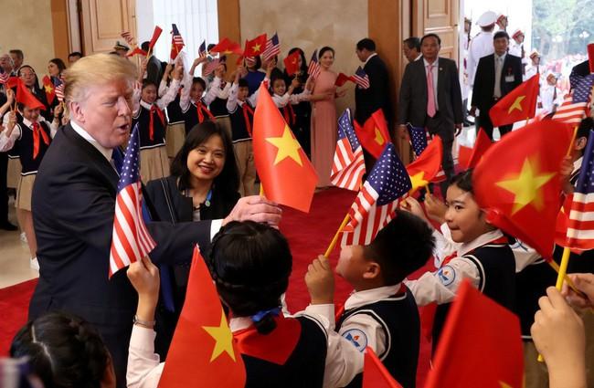 Khoảnh khắc bất ngờ đầy ấn tượng của Tổng thống Trump khi hội kiến Thủ tướng Nguyễn Xuân Phúc - Ảnh 2.
