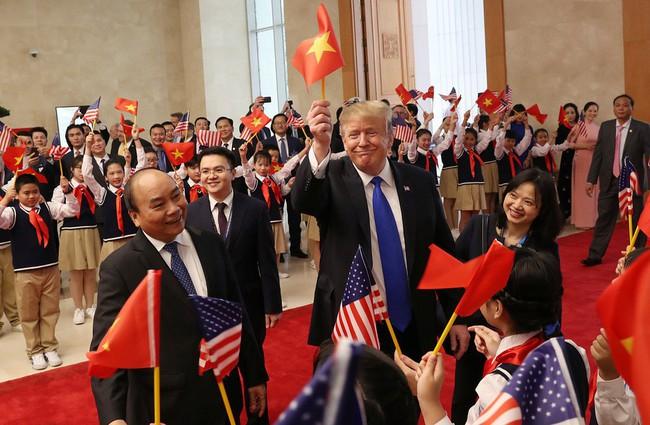 Khoảnh khắc bất ngờ đầy ấn tượng của Tổng thống Trump khi hội kiến Thủ tướng Nguyễn Xuân Phúc - Ảnh 3.