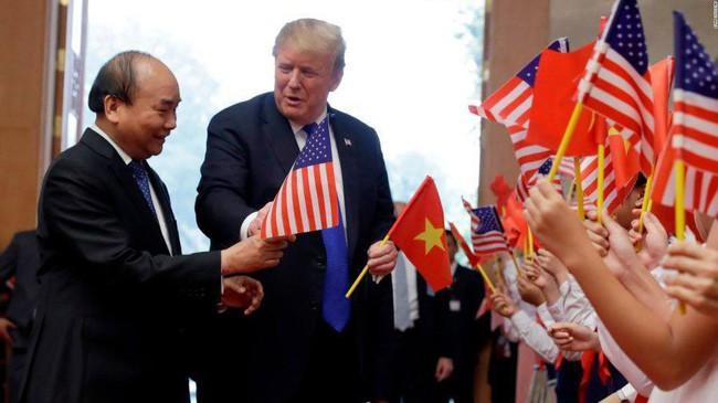 Khoảnh khắc bất ngờ đầy ấn tượng của Tổng thống Trump khi hội kiến Thủ tướng Nguyễn Xuân Phúc - Ảnh 4.
