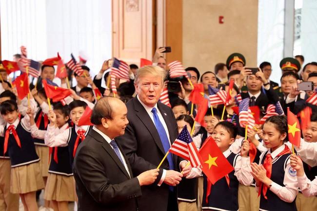 Khoảnh khắc bất ngờ đầy ấn tượng của Tổng thống Trump khi hội kiến Thủ tướng Nguyễn Xuân Phúc - Ảnh 5.