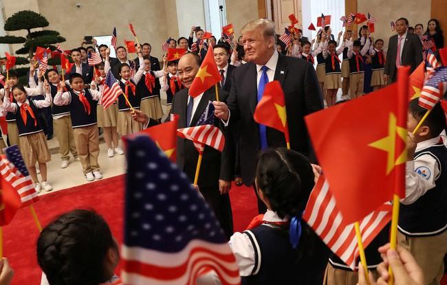 Khoảnh khắc bất ngờ đầy ấn tượng của Tổng thống Trump khi hội kiến Thủ tướng Nguyễn Xuân Phúc - Ảnh 6.