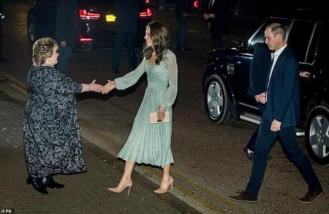 Có nhược điểm vóc dáng nhưng lần này Công nương Kate Middleton lại ghi điểm xuất sắc khi diện đẹp mẫu đầm gợi cảm - Ảnh 4.