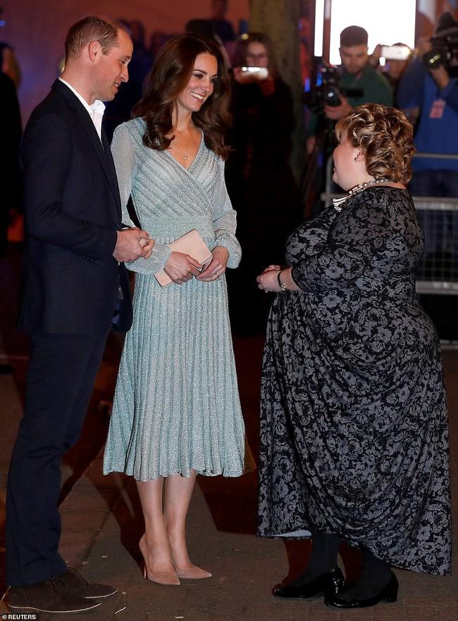 Có nhược điểm vóc dáng nhưng lần này Công nương Kate Middleton lại ghi điểm xuất sắc khi diện đẹp mẫu đầm gợi cảm - Ảnh 3.