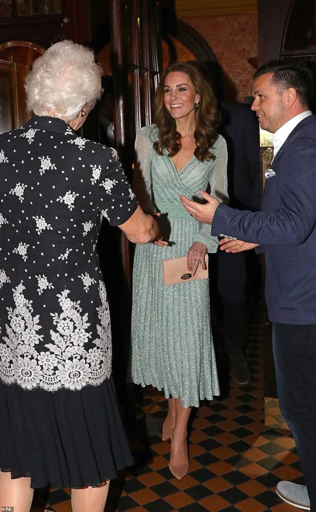 Có nhược điểm vóc dáng nhưng lần này Công nương Kate Middleton lại ghi điểm xuất sắc khi diện đẹp mẫu đầm gợi cảm - Ảnh 5.