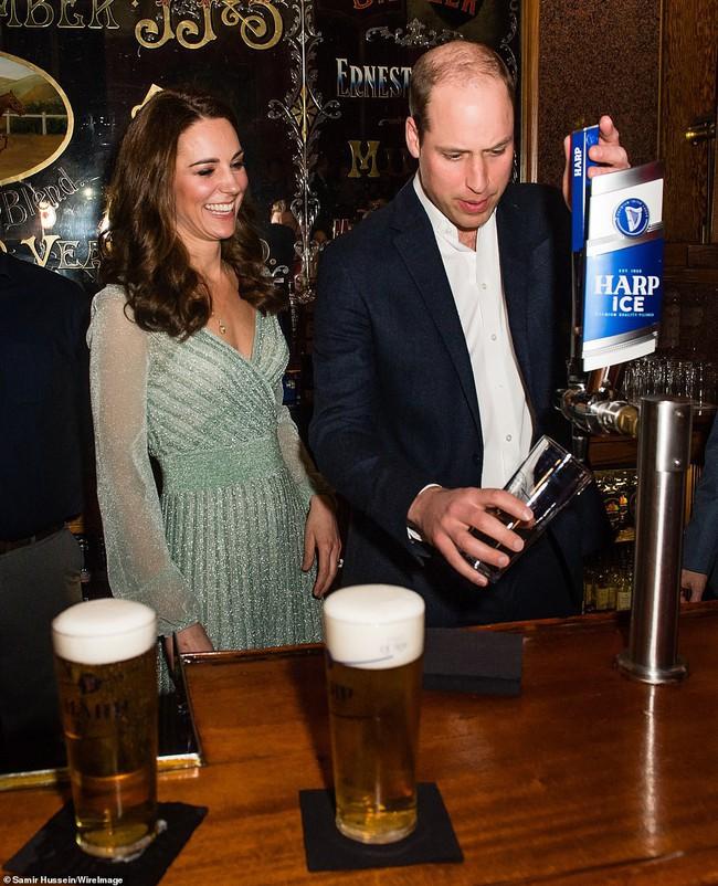 Có nhược điểm vóc dáng nhưng lần này Công nương Kate Middleton lại ghi điểm xuất sắc khi diện đẹp mẫu đầm gợi cảm - Ảnh 6.