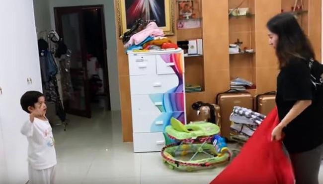 Là kiện tướng dancesport nhưng Khánh Thi lại bị con trai 3 tuổi nghiêm khắc chỉ dạy từng động tác múa - Ảnh 3.