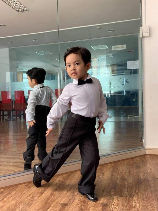 Là kiện tướng dancesport nhưng Khánh Thi lại bị con trai 3 tuổi nghiêm khắc chỉ dạy từng động tác múa - Ảnh 5.