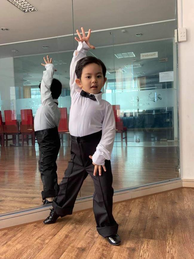 Là kiện tướng dancesport nhưng Khánh Thi lại bị con trai 3 tuổi nghiêm khắc chỉ dạy từng động tác múa - Ảnh 4.