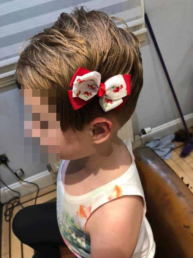 Kinh hoàng bé gái năm tuổi gần như cạo trọc đầu sau khi bị nhân vật đáng sợ trong trò chơi trực tuyến bệnh hoạn ra lệnh  - Ảnh 2.