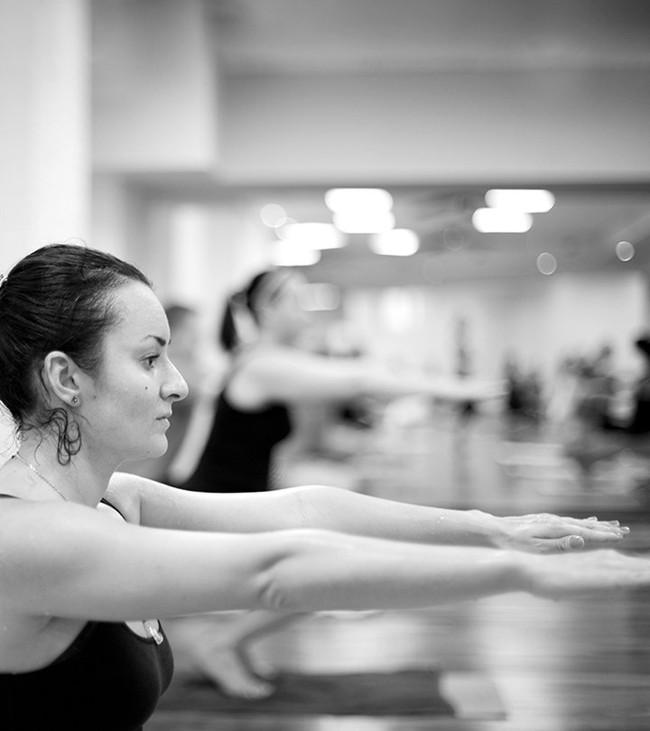Các bài tập yoga nóng có khả năng đẩy nhanh quá trình giảm cân - Ảnh 1.
